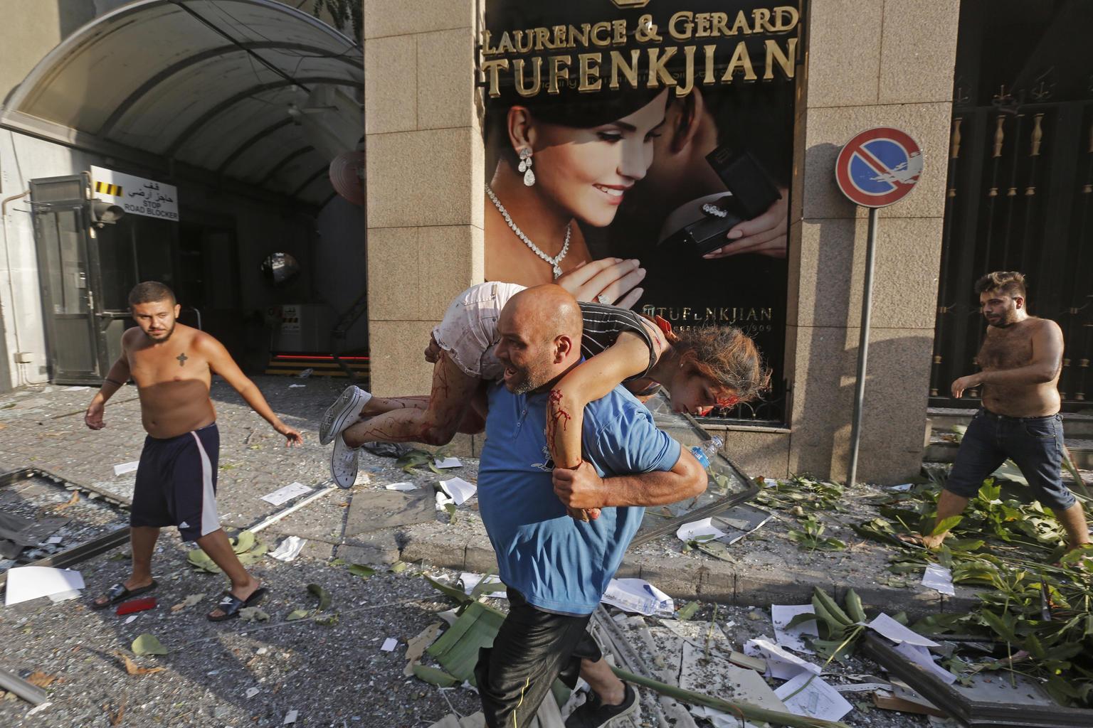 man carries injured girl beirut